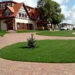trawnik przy restauracji 3